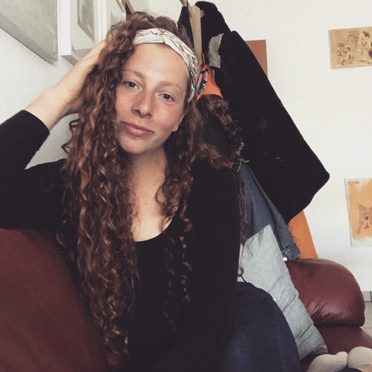 Jana auf ihrer Couch