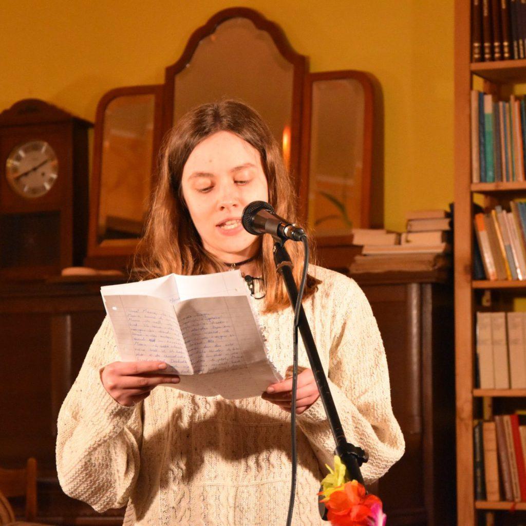 Kristin Kieltsch liest am Mikrofon